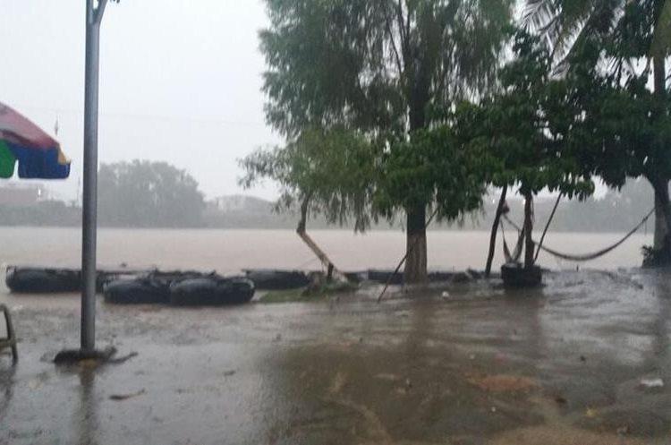 El río Suchiate que divide Guatemala con México aumentó su nivel informó la Cruz Roja. (Foto Prensa Libre: @CRGuatemalteca)