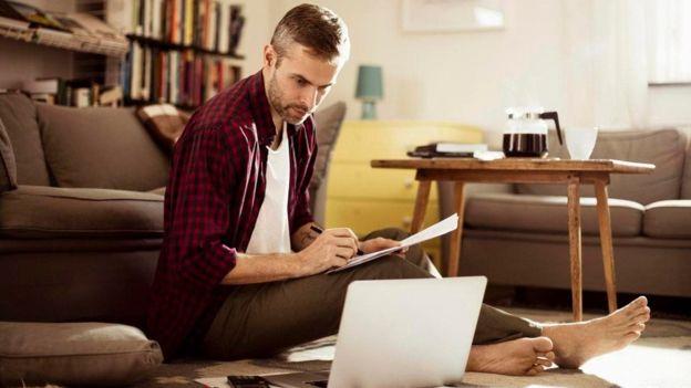 ¿No puedes evitar pasar el fin de semana en tu computadora? Tal vez necesitas un cambio de actitud. ISTOCK