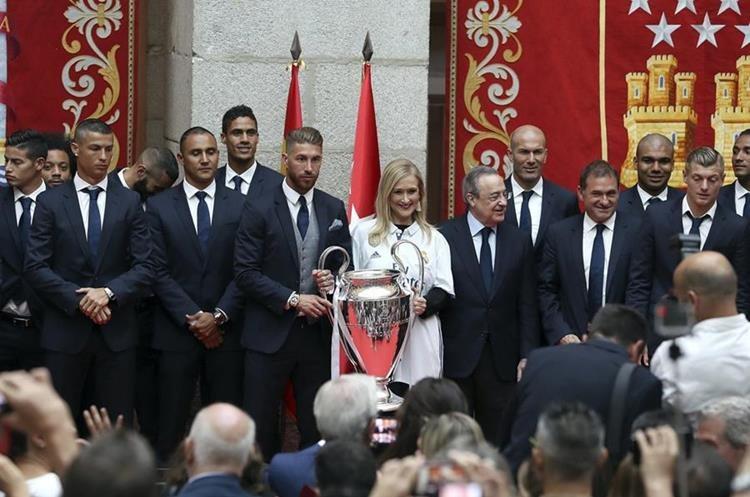 La presidenta de la Comunidad de Madrid,Cristina Cifuentes, junto a los jugadores y directivos del Real Madrid. (Foto Prensa Libre: EFE)
