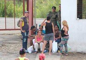 Migrantes cubanos varados en Paso Canoas, frontera de Panamá con Costa Rica. (Foto Prensa Libre: EFE).