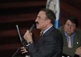 Diputado Fernando Linares muestra un arma de plástico durante la discusión de las reformas a la Ley de Armas y Municiones. (Foto Prensa Libre: Paulo Raquec)
