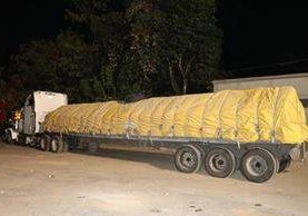 El tráiler llevaba 21 toneladas más de peso. (Foto Prensa Libre: Dony Stewart)