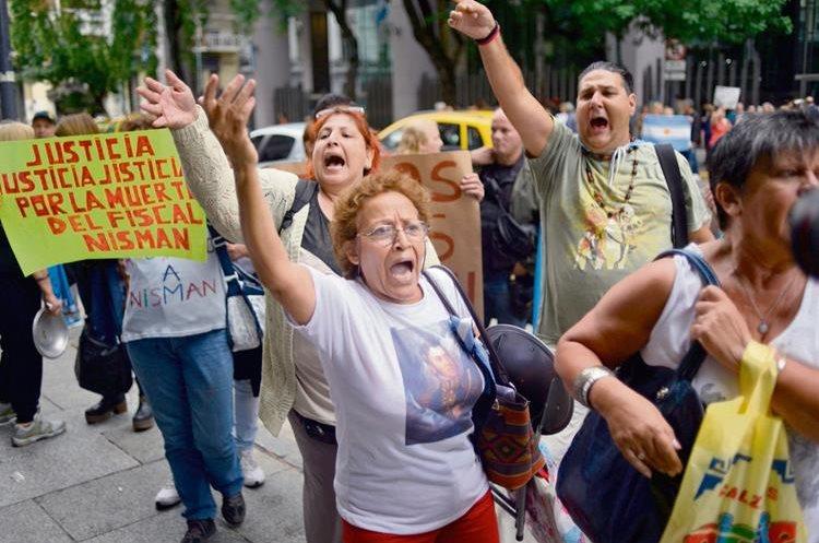 Manifestantes opositores  participan en una protesta por la muerte del fiscal Alberto Nisman. (Foto Prensa Libre: EFE)
