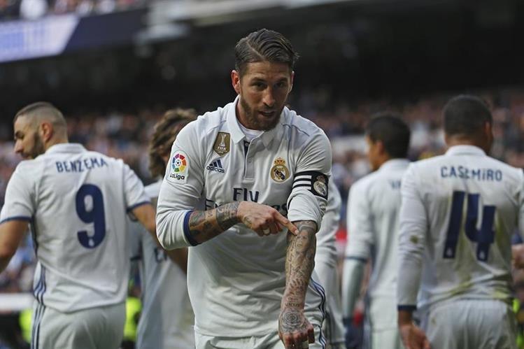 El defensa español Sergio Ramos del Real Madrid señala el tatuaje del rostro de su mamá en el festejo de uno de sus goles contra el Málaga. (Foto Prensa Libre: AP)