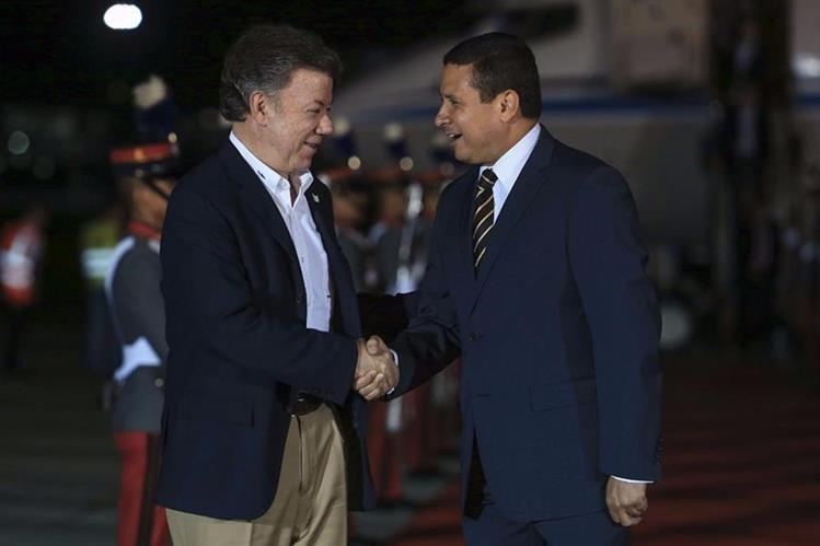 El presidente de Colombia llega a Guatemala y es recibido por el canciller Raúl Morales. (Foto Prensa Libre: Cortesía Presidencia)