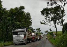20 kilómetros de fila de transporte pesado se observaban en el kilómetro 144 de la ruta a suroccidente donde comunidades no permitían la circulación de furgones. (Foto Prensa Libre: Cortesía)