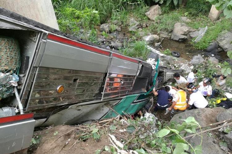 Autobús queda volcado luego de accidente en la ruta a El Salvador. (Foto Prensa Libre: Oswaldo Cardona)