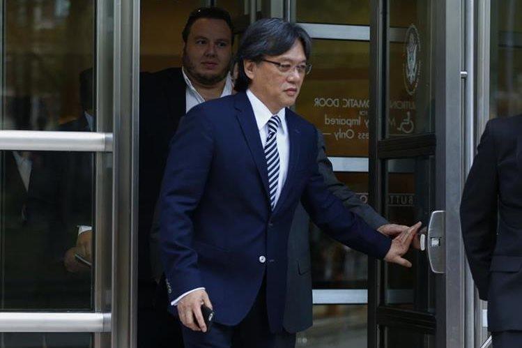 El expresidente de la Federación de Futbol de Costa Rica, Eduardo Li, sale de la corte de Nueva York, donde se declaró culpable de recibir sobornos. (Foto Prensa Libre:AFP)