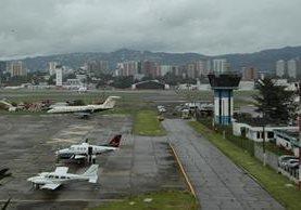 En el recapeo de la pista se invertirán Q10 millones. (Foto Prensa Libre: Hemeroteca PL)