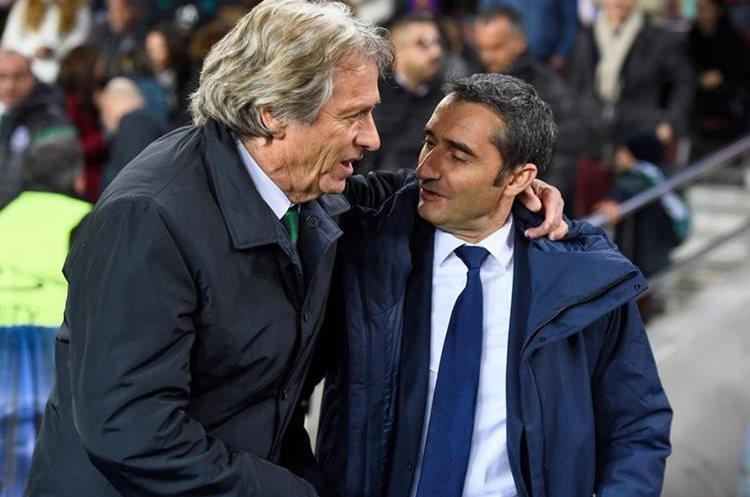 Los técnicos Ernesto Valverde del FC Barcelona y Jorge Jesus del Sporting, se saludan antes del juego.