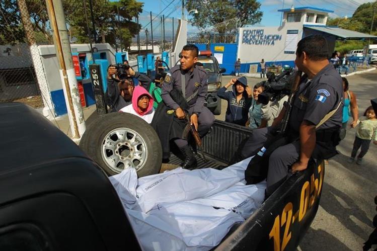 En la palangana de una patrulla sacaron los cadáveres de los dos reos del Preventivo de la zona 18. (Foto Prensa Libre: Álvaro Interiano)