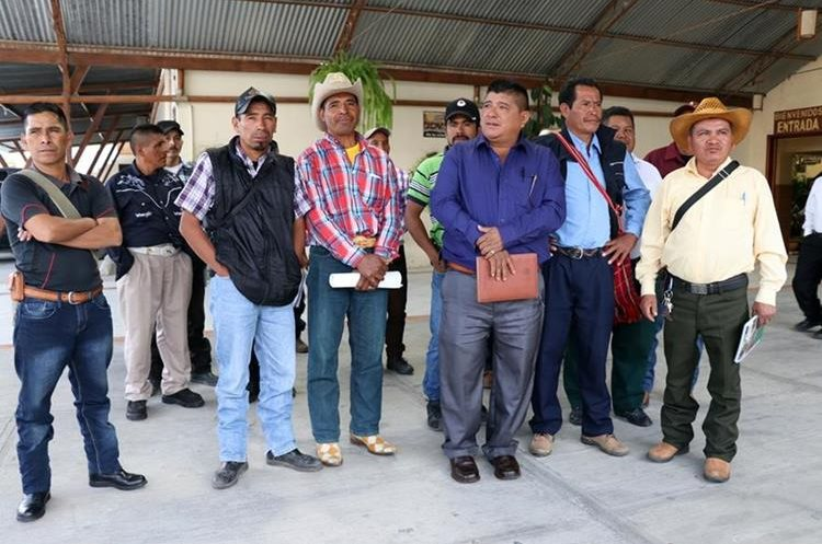 Grupo de líderes comunitarios que apoya al alcalde de San Mateo Ixtatán, Andrés Alonzo. Foto Prensa Libre: Mike Castillo)