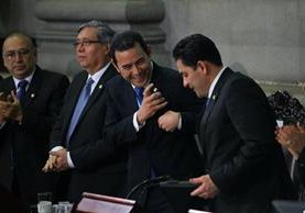 El mandatario, Jimmy Morales, y el presidente del Congreso, Óscar Chinchilla, sonríen durante la sesión solemne donde Morales presentó su informe de Gobierno. (Foto Prensa Libre: Hemeroteca PL)