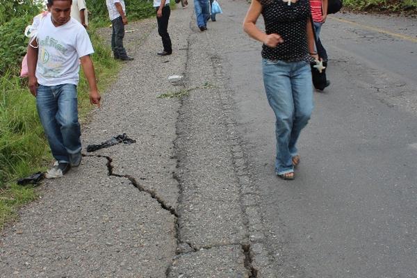 """<p>En la región de Santa Rosa se observaron gran cantidad de fisuras en la carretera debido a los sismos de este lunes. (Foto Prensa Libre: Oswaldo Cardona)<br _mce_bogus=""""1""""></p>"""