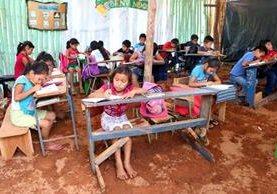 Niños de preprimaria y primaria reciben clases en escritorios improvisados con blocks y tablas. (Foto Prensa Libre: Rolando Miranda).