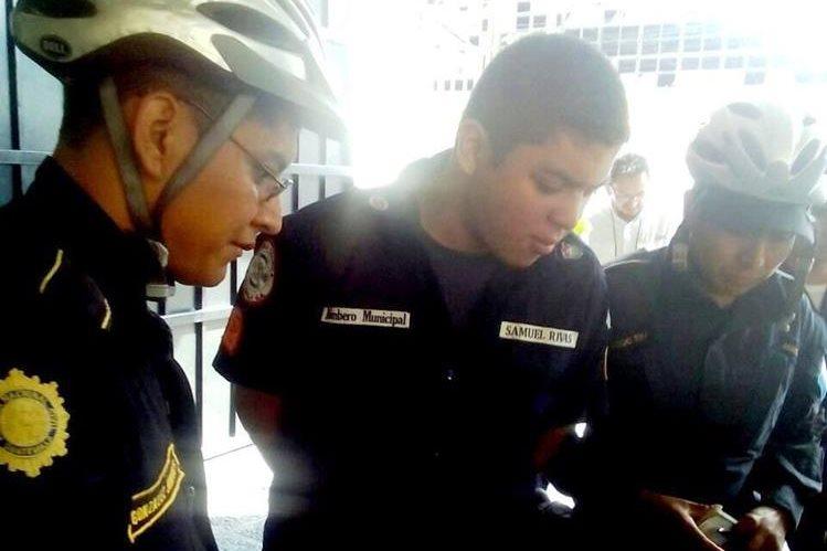 El falso bombero, Henry Rivas, ingresa a la Torre de Tribunales escoltado por la PNC. (Foto Prensa Libre: PNC)