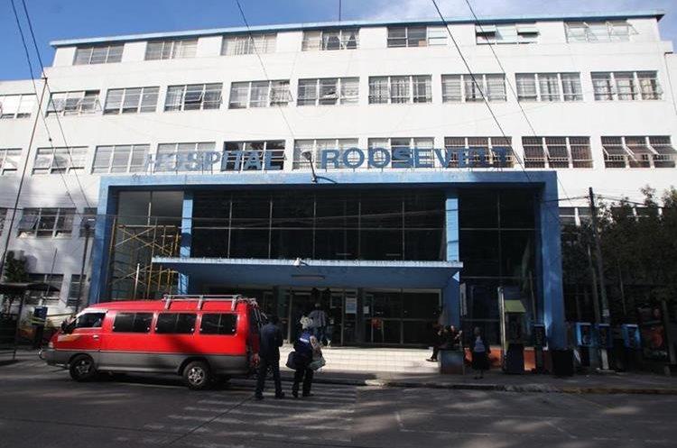 Así luce la fachada de la entrada al hospital Roosevelt, en la zona 11.