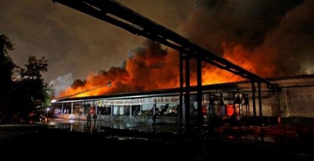 El taller de producción de vajilla de plástico en Moscú donde ha tenido lugar el incendio. (Foto Prensa Libre: AFP)