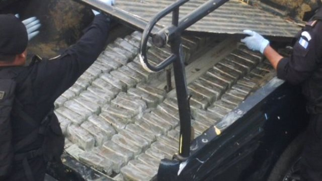 Los paquetes iban ocultos en el doble fondo del automotor. (Foto Prensa Libre: PNC)