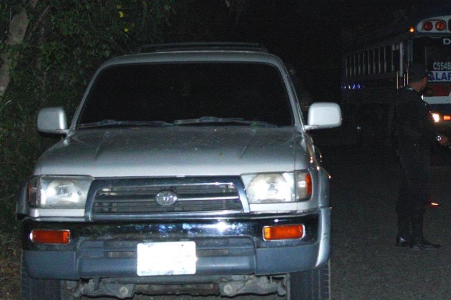 Automóvil en el que los delincuentes trasladaban al piloto y al ayudante. (Foto Prensa Libre: Héctor Contreras).