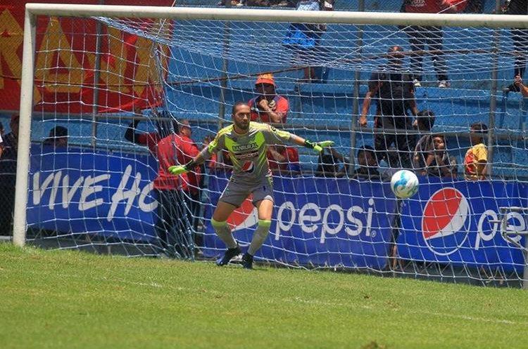 El portero de Antigua GFC, Adrián de Lemos mantuvo a salvo su portería por 84 minutos. (Foto Prensa Libre: Carlos Vicente)