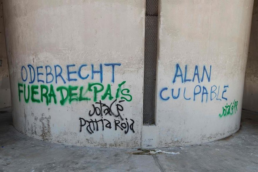 """Grafitis en la base de la estatua donde se lee """"Odebrecht fuera del país"""" y """"Alan culpable"""". (Foto Prensa Libre: AFP)"""