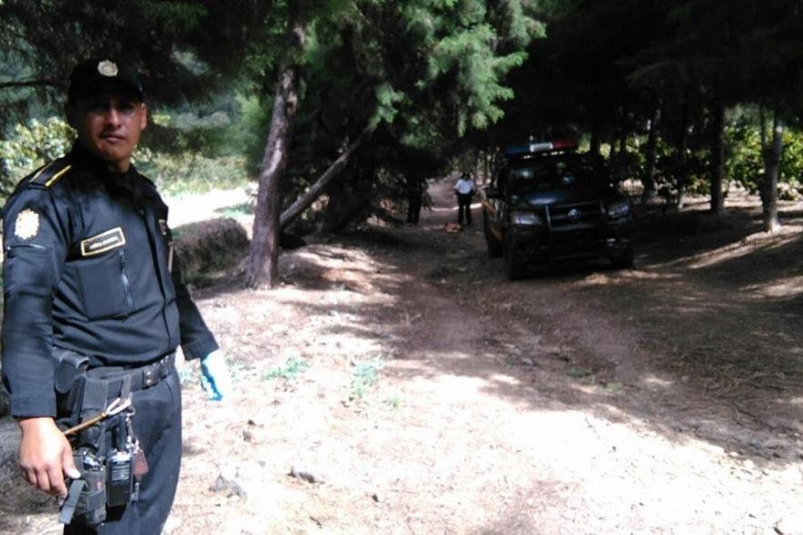 Autoridades custodian el lugar donde encontraron el cuerpo de un hombre. (Foto Prensa Libre: Érick Ávila)
