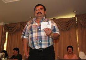 Gerónimo Martínez, muestra su credencial como alcalde, al ganar las elecciones en el 2015. (Foto Prensa Libre: Mike Castillo).
