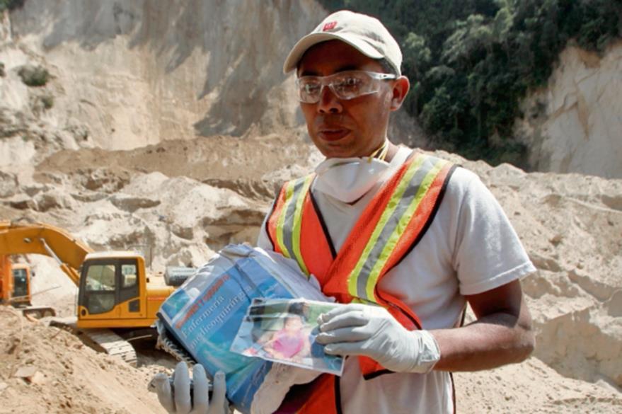 Samuel Morales Herrera localiza los libros de su hija mayor entre los escombros.