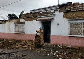 Las tareas de limpieza empiezan en la Ciudad de Quetzaltenango, afectada por un potente sismo esta madrugada. (Foto Prensa Libre: Carlos Ventura)