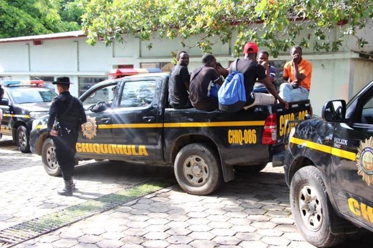 Autopatrullas de la PNC trasladan algunos de los africanos localizados en Ipala. (Foto Prensa Libre: PNC).