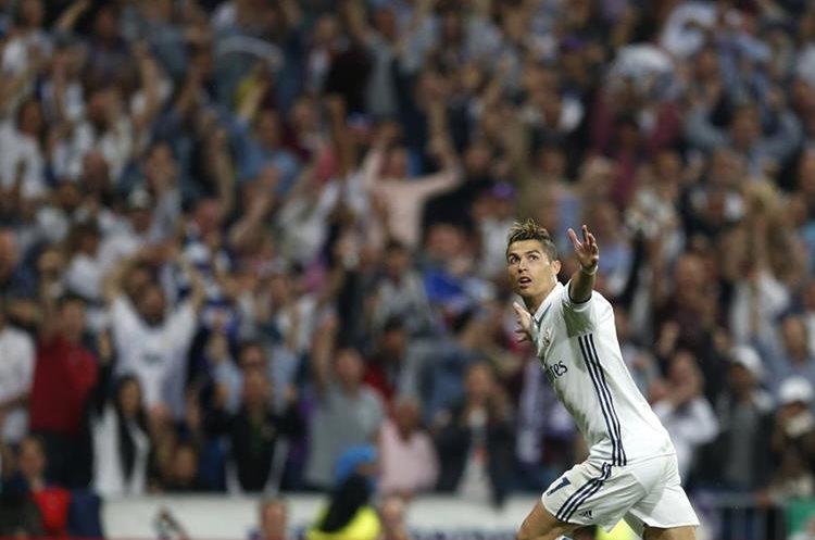 Cristiano Ronaldo abre los brazos y corre después de marcar el triplete contra el Atlético de Madrid.