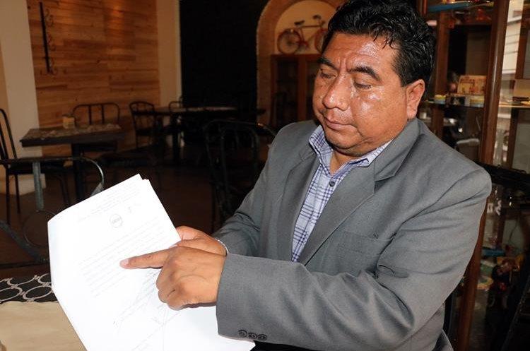 El alcalde Santos Escobar muestra la resolución de la Sala Quinta de la Corte Apelaciones que declara sin lugar el antejuicio en su contra. (Foto Prensa Libre: Carlos Ventura)