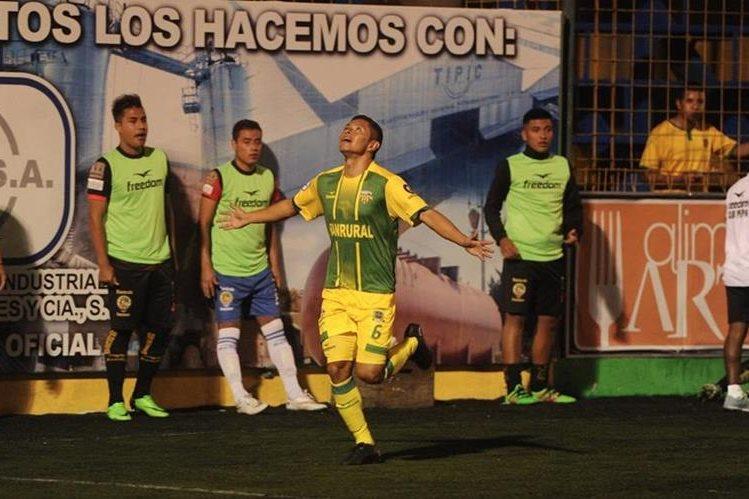 Deportivo Petapa vuelve a sonreír, Carlos Mejía anotó primer gol de la noche en el estadio Julio Armando Cóbar. (Foto Prensa Libre: Edwin Fajardo)