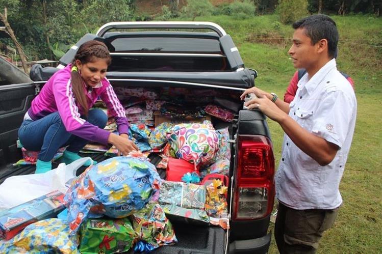 Barrondo y su esposa Mirna dieron regalos a varios niños. (Foto Prensa Libre: Eduardo Sam)