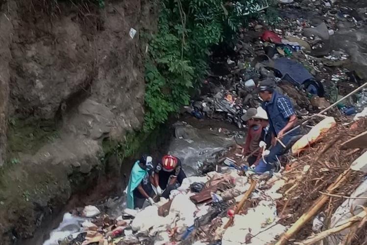Los socorristas descendieron unos 200 metros para rescatar el cuerpo. (Foto Prensa Libre: Víctor Chamalé)