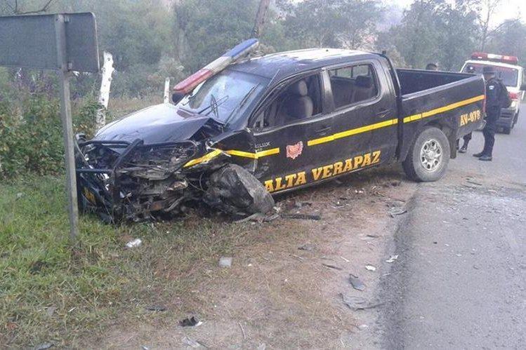 Autopatrulla involucrado en choque, en Alta Verapaz, queda dañada. (Foto Prensa Libre: Eduardo Sam Chun)