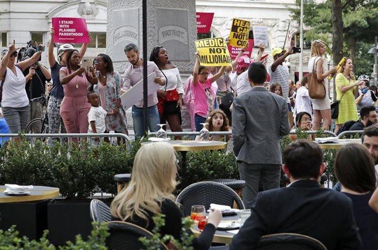 manifestantes gritan a los clientes en el Hotel Trump International.(AP).