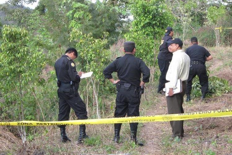 Oficiales de la PNC rastrean el área del crimen en busca de evidencias. (Foto Prensa Libre: Mario Morales)