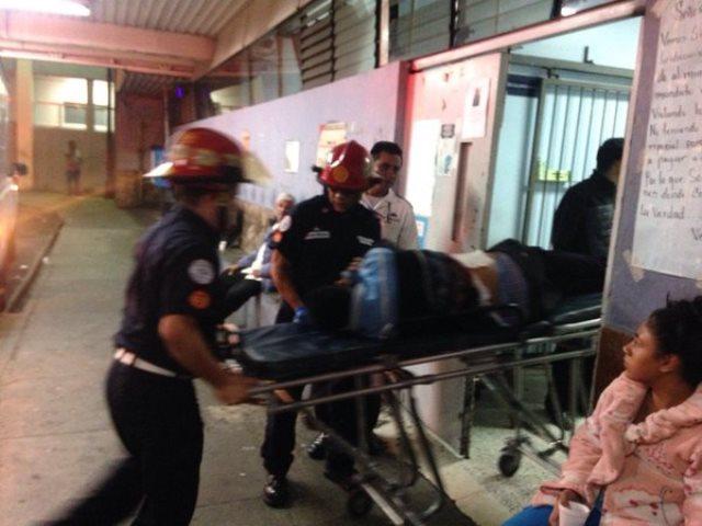 Los bomberos ingresan al Hospital General con el hombre que falleció minutos después. (Foto Prensa Libre: CBM)
