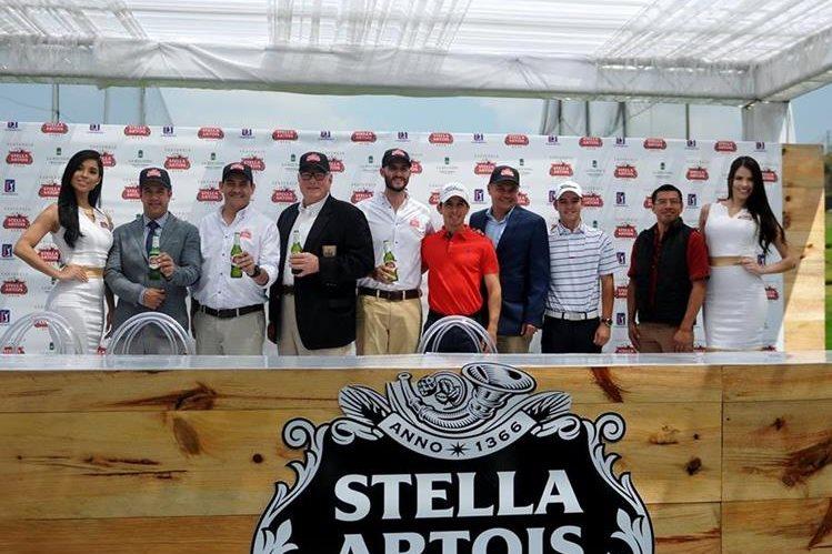 El comité organizador del Guatemala Stella Artois Open 2017 junto a los golfistas guatemaltecos, Pablo Acuña y Roberto Lowenthal. (Foto Prensa Libre: Gloria Cabrera)
