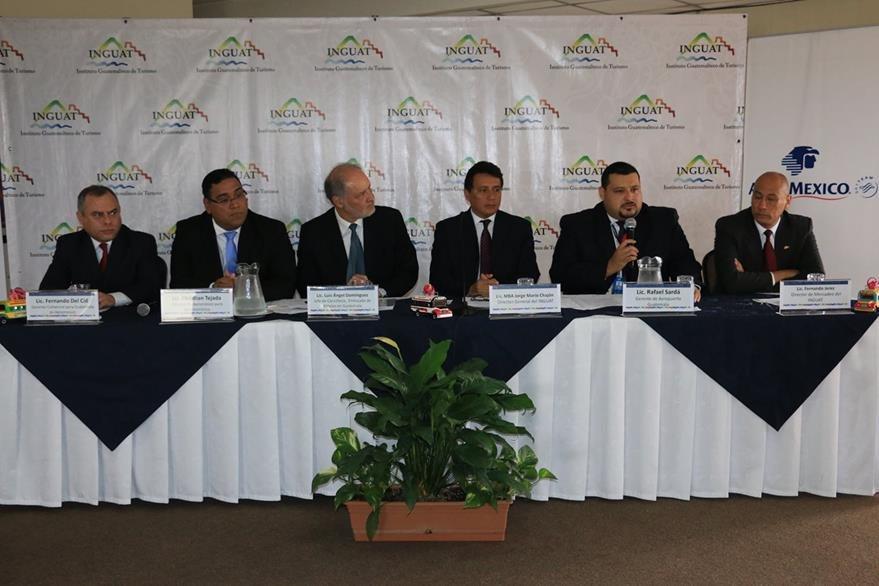 Luis Ángel Domínguez, jefe de Cancillería, de la Embajada de México en Guatemala, Christian Tejada y Rafael Sardá, ejecutivos de Aeroméxico participaron junto a autoridades del Inguat en actividad por cinco años de operaciones. (Foto, Prensa Libre: Inguat).