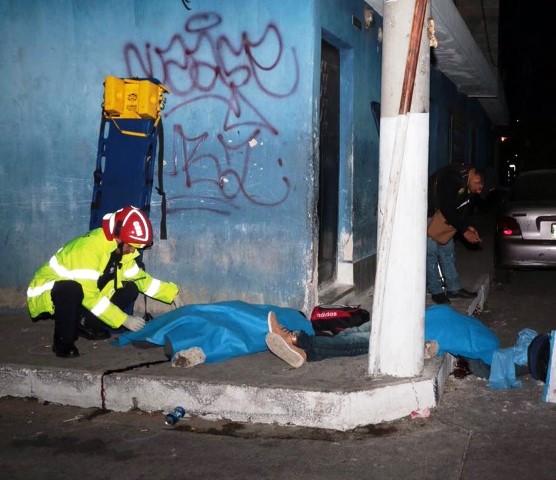 Desconocidos atacaron a un grupo de personas en Mixco, en el lugar murieron cuatro personas y otras tres resultaron heridas. (Foto Prensa Libre: CBM)