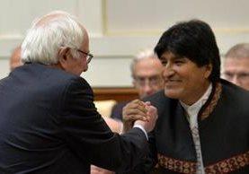 Bernie Sanders (i), saluda Evo Morales (d), durante el simposio en el Vaticano. (AFP).