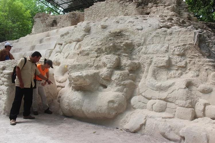 Visitantes observan los mascarones de una deidad jaguar-solar, en la estructura 34 de El Mirador, en San Andrés, Petén. (Foto Prensa Libre: Rigoberto Escobar)