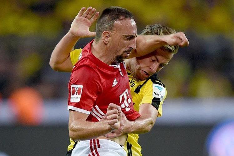 Franck Ribery en el momento que le da un codazo al defensa Felix Passlack durante el partido de la Copa de Alemania contra el Borussia Dortmund. (Foto Prensa Libre: EFE)