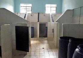 Según una testigo, los baños están en malas condiciones y no hay privacidad en las duchas. (Foto Prensa Libre)