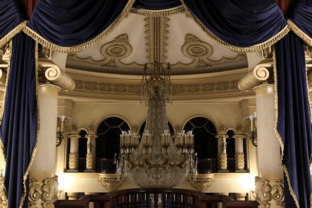 El peso de la lámpara mayor del salón es de 2.5 toneladas,  tiene 14 metros de diámetro y 143 focos.  El tiempo aproximado para las reparaciones necesarias es de seis meses. (Foto Prensa Libre: Carlos Hernández)