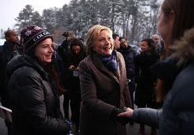 """<span class=""""hps"""">Hillary</span> <span class=""""hps"""">Clinton</span> <span class=""""hps"""">saluda a</span> <span class=""""hps"""">los votantes</span> <span class=""""hps"""">en</span> <span class=""""hps"""">Manchester,</span> <span class=""""hps"""">New Hampshire</span><span>.</span>"""