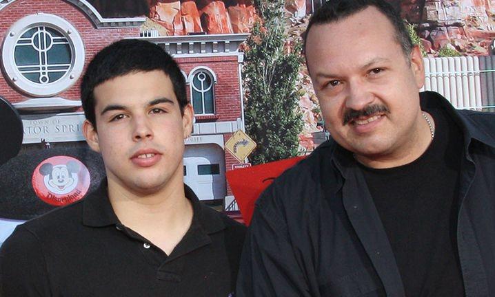 José Emiliano junto a su padre, Pepe Aguilar. (Foto Prensa Libre: tomada de TMZ).